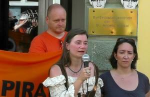 Anke Domscheit-Berg hält eine Rede auf der Demo in Stralsund